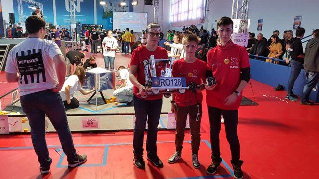 """Echipa de """"juniori"""" în robotică LYNX ROBOTICS a obținut o primă victorie importantă la o competiție care a avut loc la Timișoara."""